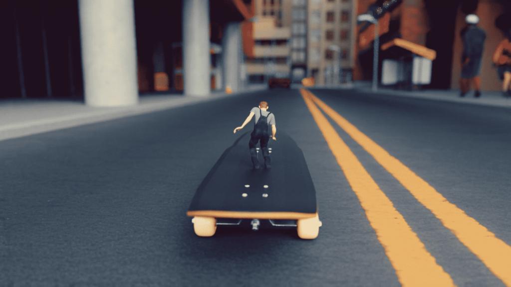 MicroMan a andar skate
