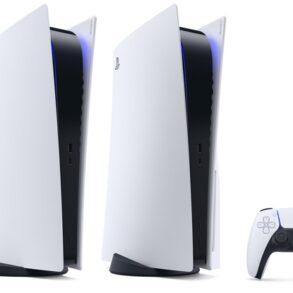 Duas consolas PS5 e um comando DualSense